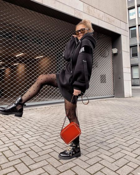 Черное платье-толстовка, черные туфли и рыжая сумка