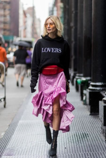 Худи с надписью lovers, розовая юбка и ботинки со шнуровкой