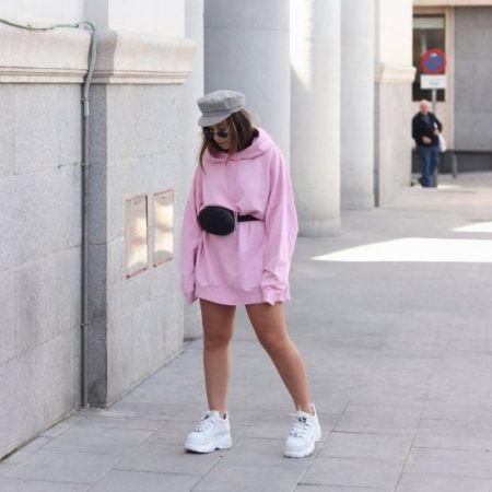 Удлиненная розовая тлстовка и белые кроссовки
