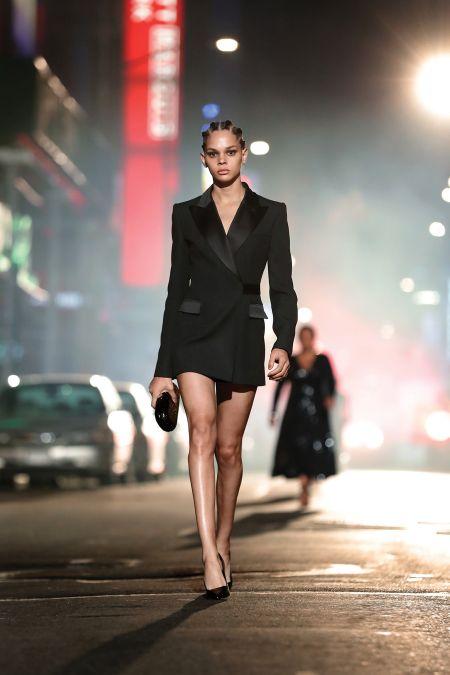Короткое черное платье-жакет. Коллекция осень-зима 2021-2022 Michael Kors