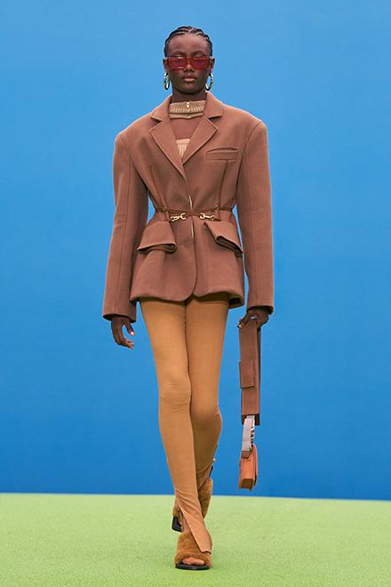 Лосины в сочетании с пиджаком в коллекции Jacquemos Fall 2021-2022