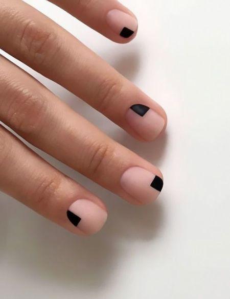Маникюр в стиле минимализм с черными треугольниками