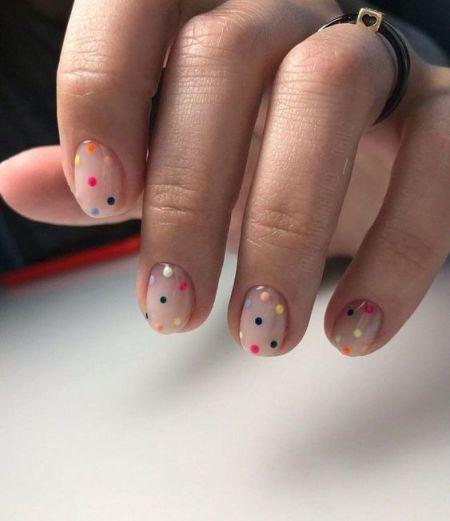 Маникюр с разноцветными точками