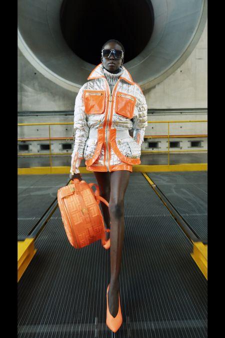 Модная осенная куртка с эффектом металлик