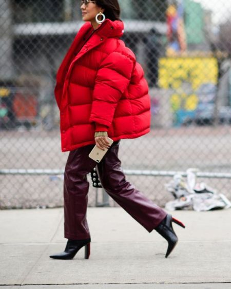 Красная короткая куртка оверсайз, вишневые брюки и черные ботинки с острым носом