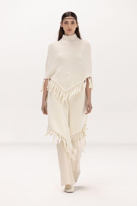 Белое пончо с косичками. Коллекция осень-зима 2021-2022 Bevza