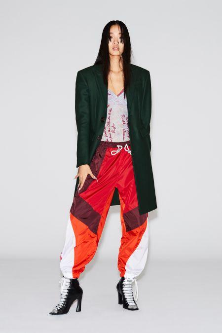 Разноцветные спортивные штаны, туфли на каблуке и удлененный жакет. Образ DSquared2