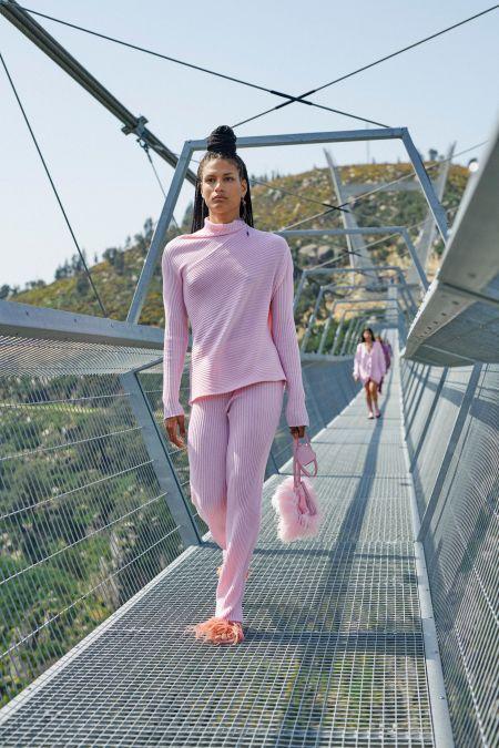 Розовый трикотажный костюм в рубчик Marques'Almeida