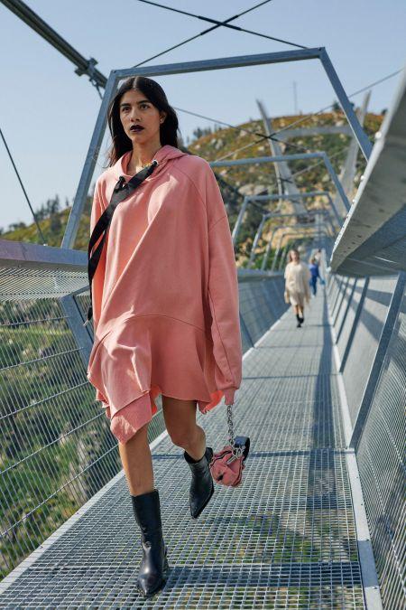 Розовое платье-толстовка с капюшоном Marques'Almeida