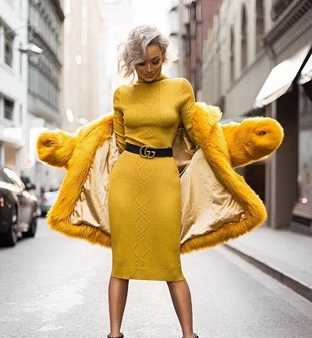 Желтое трикотажное платье с черным поясом и желтой шубой