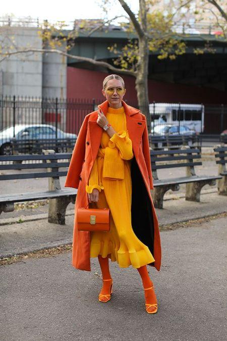 Блогерка Блэр Эди в длинном желтом платье, оранжевом пальто и желтых босоножках