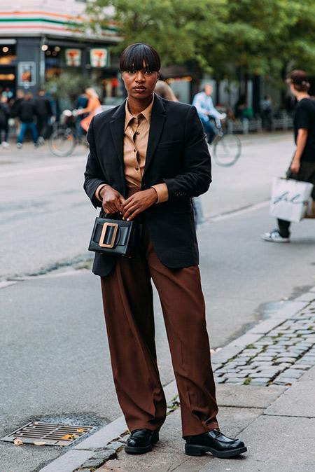 Коричневые брюки - черный пиджак