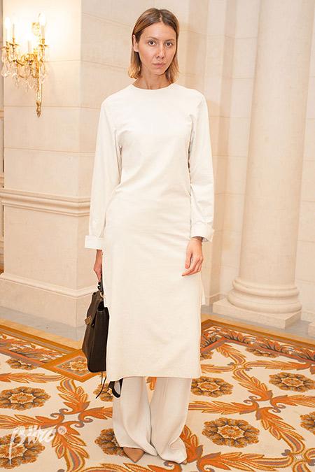 Белое нарядное платье в сочетании с брюками
