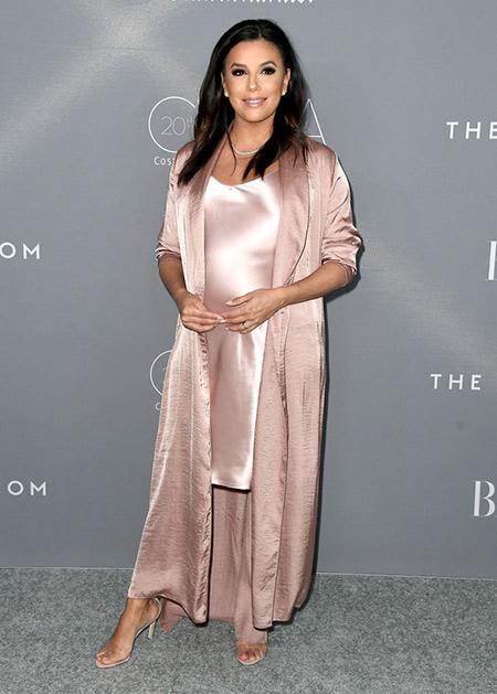 Платье-комбинация в сочетании с накидкой бежевого цвета