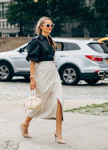 Молочного цвета юбка и черная блузка