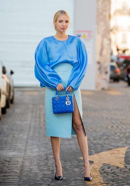 Голубая юбка-карандаш и синяя блузка