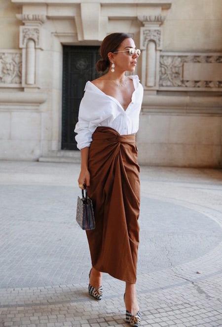 Образ в стиле смарт: белая блузка, юбка, серьги