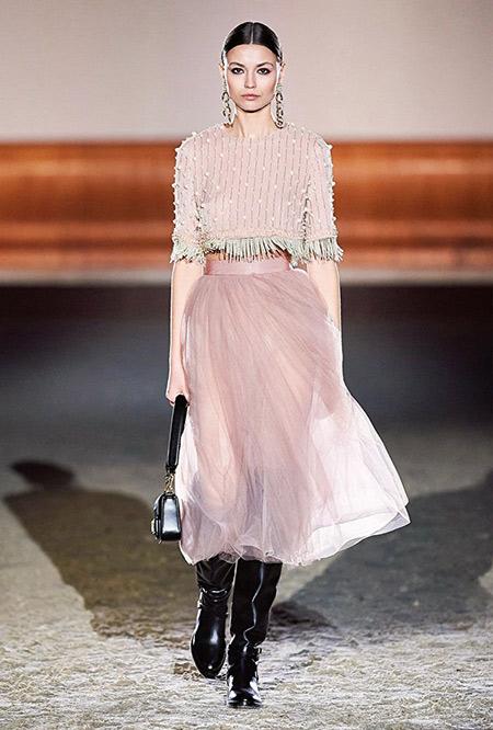 Пудровая юбка из шифона и укороченный топ. Образ в стиле смарт
