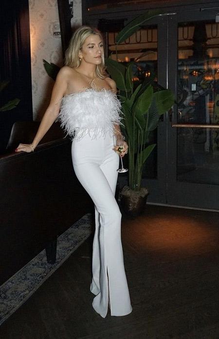 Белые брюки и топ с перьями для вечерних мероприятий