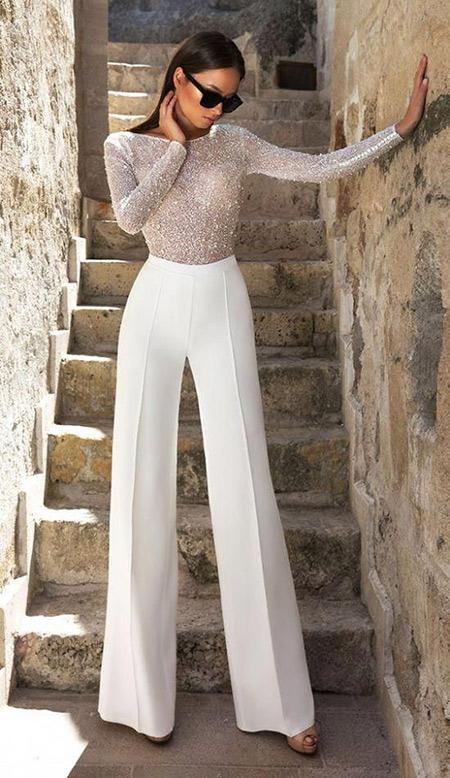 Бежевые нарядные брюки и бежевый топ