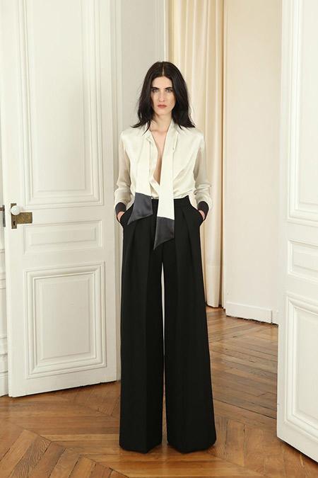 Белая нарядная блузка и черные широкие брюки