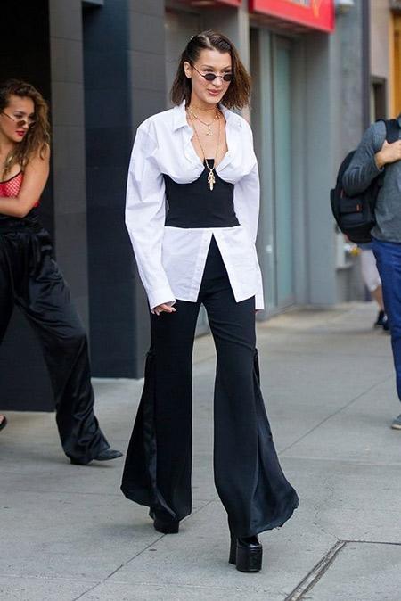 Белла Хадид в черных широких брюках