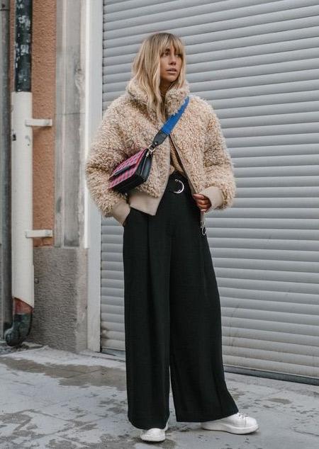 Образ для зимы 2021-2022: кроссовки, широкие брюки, полушубок из искусственного меха