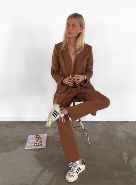 Кроссовки в стиле 90-х в сочетании с деловым костюмом