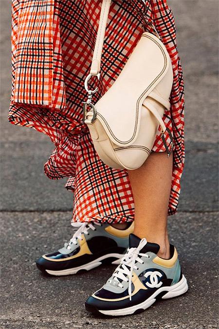 Кроссовки Chanel для образа в стиле 90-х