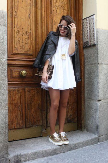 Образ с золотистыми кроссовками, белым платьем и короткой черной курткой