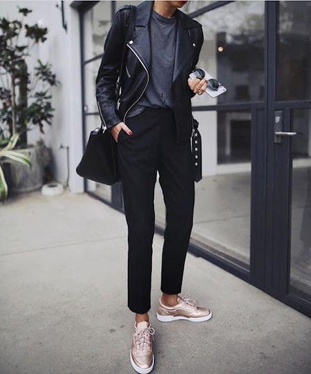 Кроссовки с металлическим блеском, черными брюками и курткой-косухой