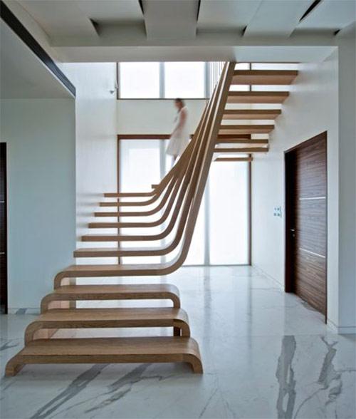 Деревянная лестница в интерьере в стиле минимализм. И мраморный пол