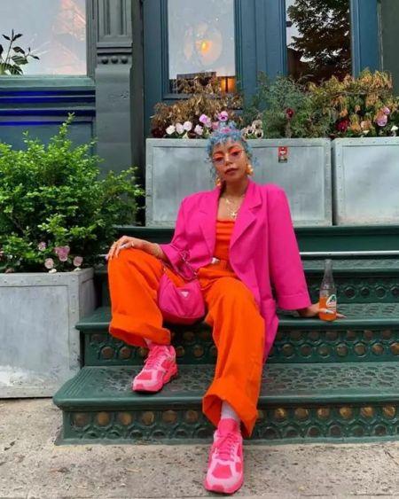 Образ с розовыми кроссовками, розовым жакетом и сумкой и оранжевыми брюками