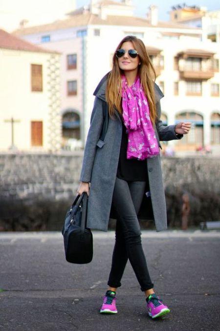 Сиреневые кроссовки, серое пальто и шарф в тон