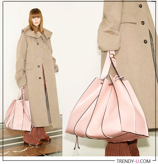 Пудровая сумка оверсайз Tod's, бежевое пальто - must haves осени и зимы