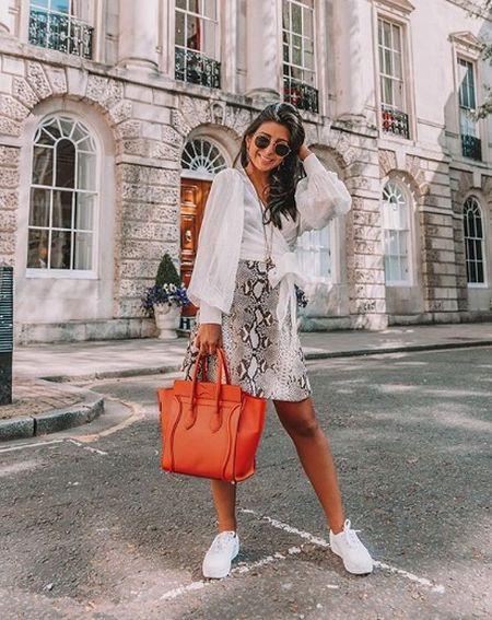 Легкая белая блуза, яркая сумка, юбка со змеиным принтом и белые кеды