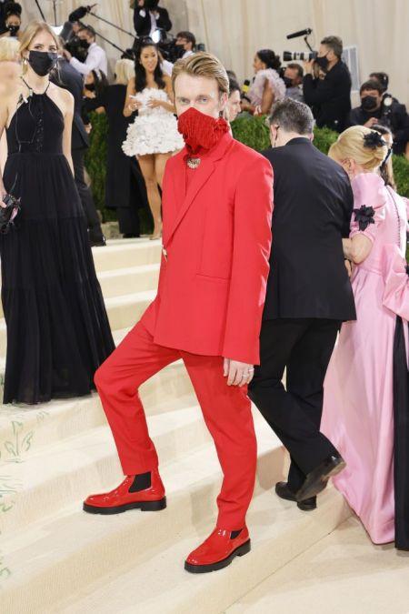 Брат Билли Айлиш в красном костюме на MET Gala