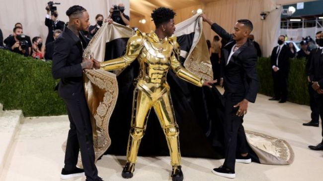 Lil Nas X в золотой броне