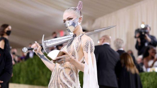 Певица Граймс с мечом на MET Gala 2021