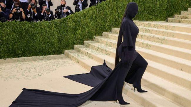 Ким Кардашьян в черном наряде на MET Gala