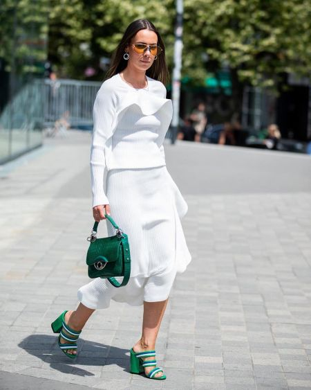 Зеленая сумка, босоножки в тон, белая юбка и блуза