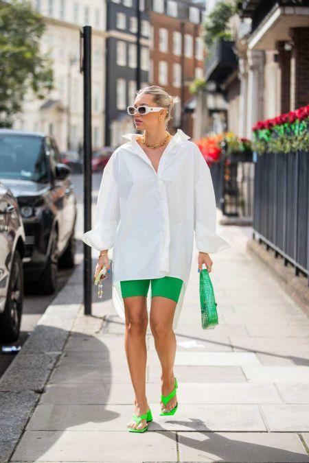 Белая рубашка, зеленые велосипедки и зеленая сумка