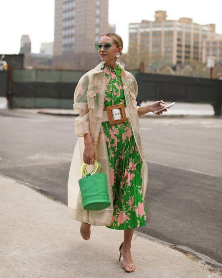 Зеленая сумка легкий бежевый плащ и зеленое платье в цветочном принте