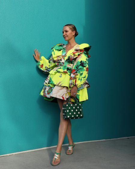 Блогерка Блер Эди с зеленой сумкой в белый горох