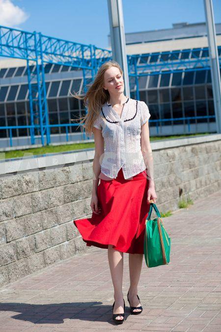 Зеленая сумка с красной юбкой и черными босоножками
