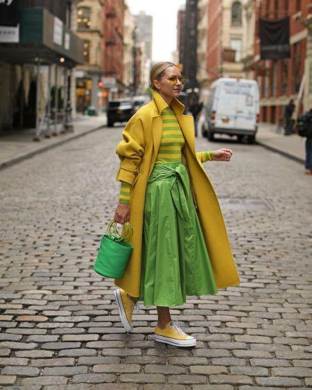 Зеленая сумка с желтым пальто и кедами