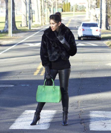 Короткая черная искусственная шуба, сапоги на шпильке и зеленая сумка