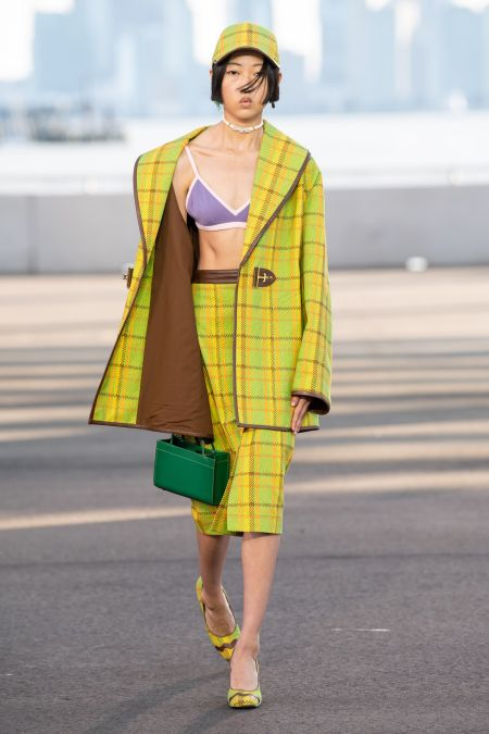 Зеленая прямоугольная сумка и желтый костюм в полоску