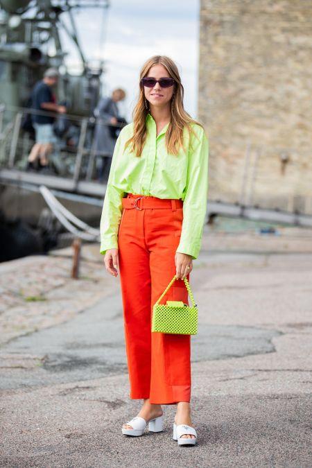 Оливковая сумка и рубашка и красные брюки