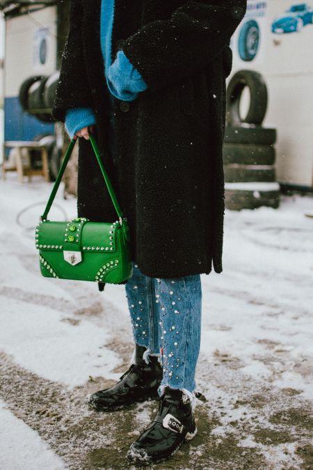 Зимний образ с зеленой сумкой и джинсами